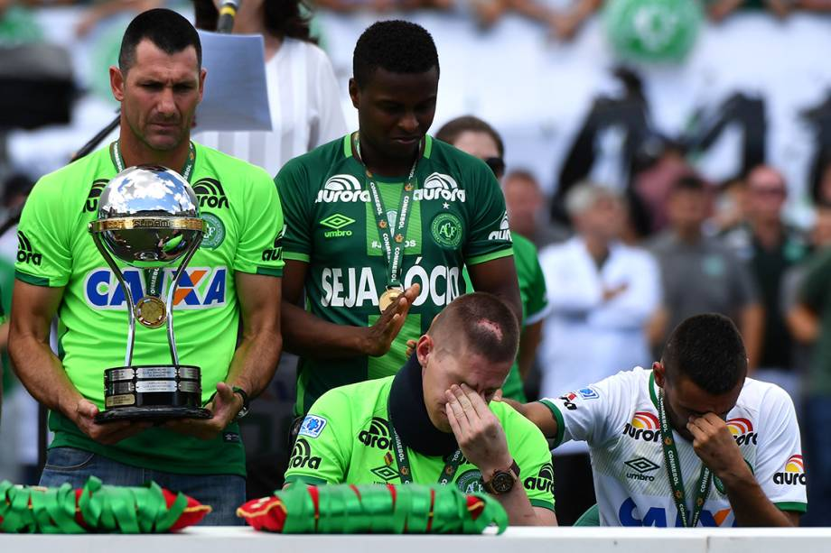Alan Ruschel e Jackson Follmann, sobreviventes na tragédia em Medellin, durante o amistoso entre Chapecoense e Palmeiras, Arena Condá em Chapecó