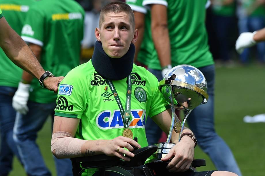 Jackson Follmann, um dos sobreviventes na tragédia em Medellin, segura a taça da Copa Sul-Americana antes do amistoso entre Chapecoense e Palmeiras, na Arena Condá em Chapecó