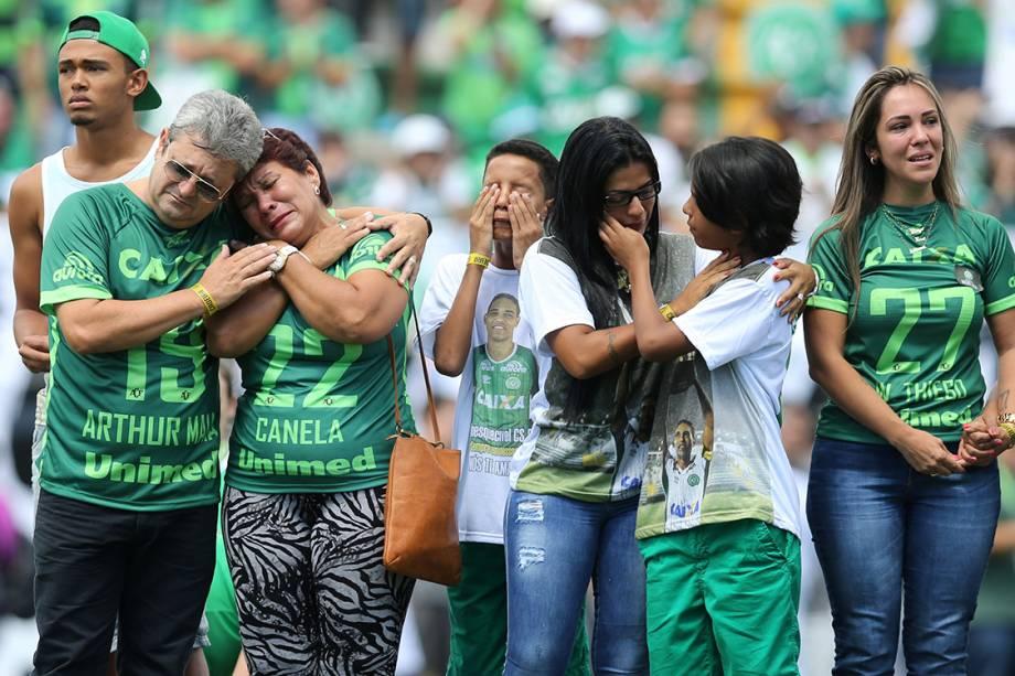 Parentes das vítimas da tragédia em Medellin se emocionam antes do amistoso entre Chapecoense e Palmeiras, na Arena Condá em Chapecó