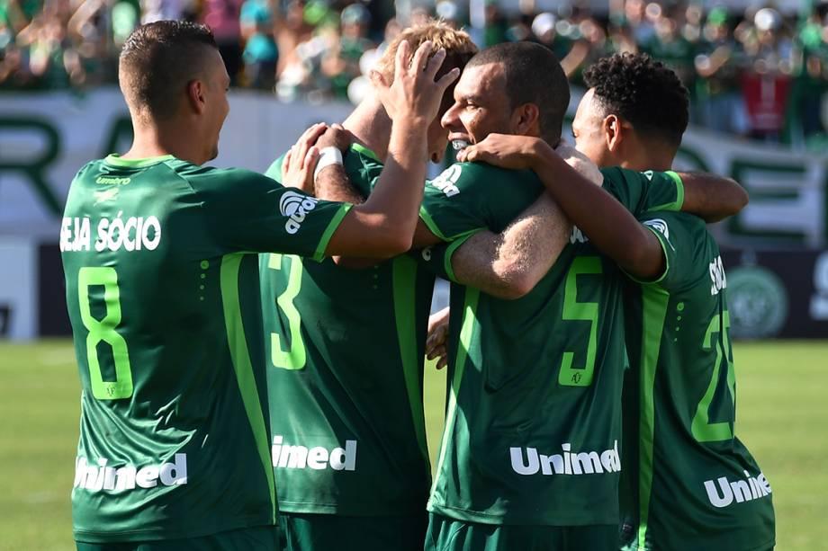Jogadores da Chapecoense comemoram gol sobre o Palmeiras, durante amistoso na Arena Condá, em Chapecó