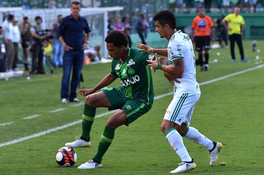 Disputa de bola durante amistoso entre Chapecoense e Palmeiras, na Arena Condá, em Chapecó