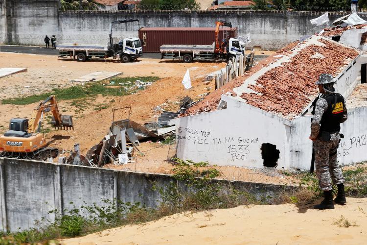 Muro feito de containers é feito para separar facções no presídio de Alcaçuz, no Rio Grande do Norte