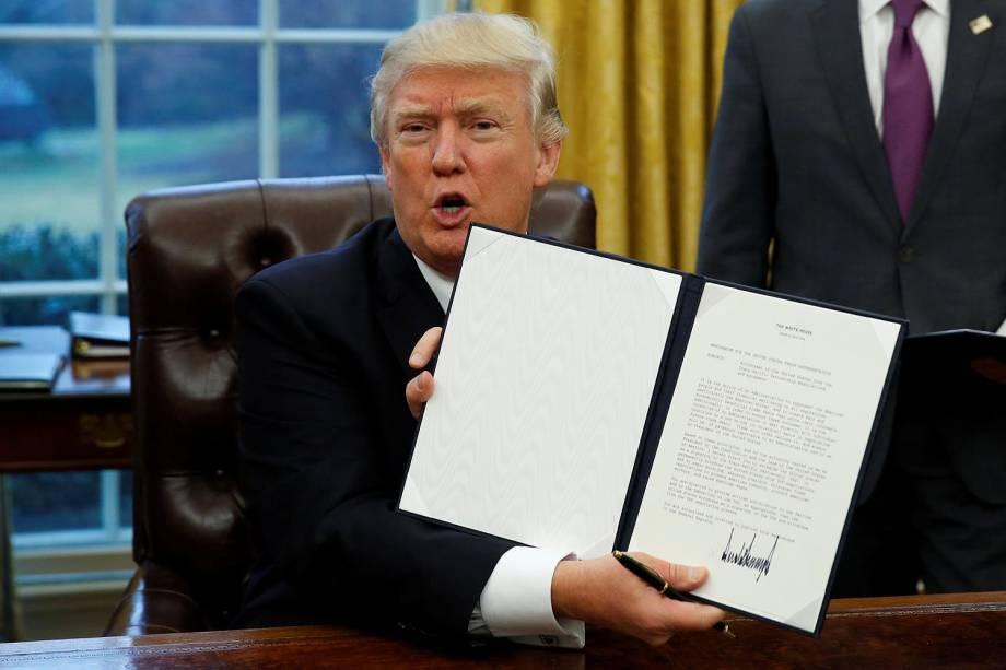 O presidente dos Estados Unidos, Donald Trump, assinou uma ordem executiva para iniciar a saída do país do Tratado de Associação Transpacífico - 23/01/2017
