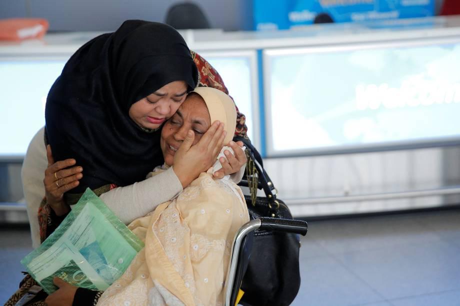 Mulher desembarca em Dubai depois de embarcar do aeroporto internacional de John F. Kennedy em Queens, Nova Iorque - 28/01/2017