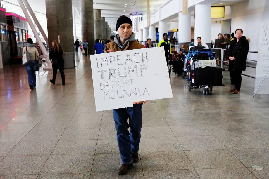 Manifestante protesta no Terminal 4 do Aeroporto Internacional John F. Kennedy, contra o decreto do presidente Donald Trump para barrar a entrada de cidadãos de sete países muçulmanos nos Estados Unidos