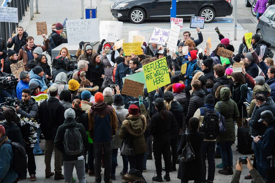 Manifestantes protestam no lado de fora do Terminal 4 do Aeroporto Internacional John F. Kennedy, contra o decreto do presidente Donald Trump para barrar a entrada de cidadãos de sete países muçulmanos nos Estados Unidos  - 28/01/2017