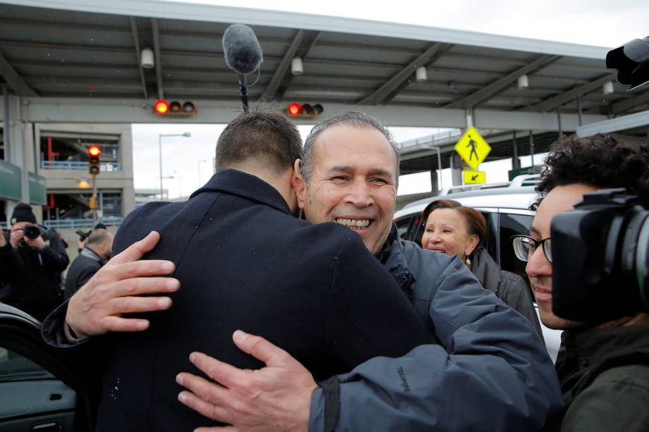 O imigrante iraquiano Hameed Darwish é abraçado depois de ser libertado no Aeroporto Internacional John F. Kennedy  em Queens, Nova Iorque - 28/01/2017