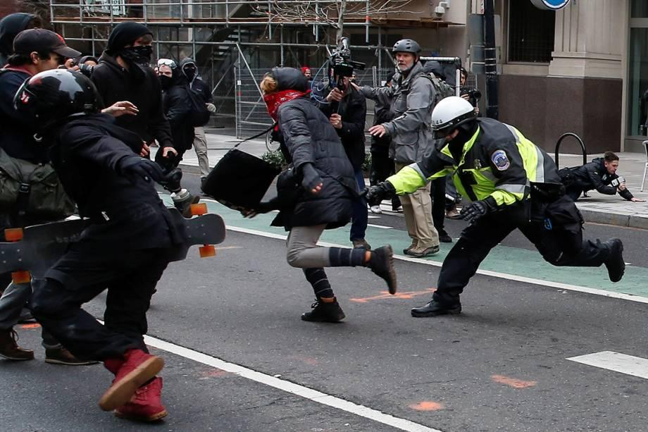 Policial tenta segurar uma manifestante durante protesto contra o presidente eleitos dos Estados Unidos, Donald Trump, em Washington