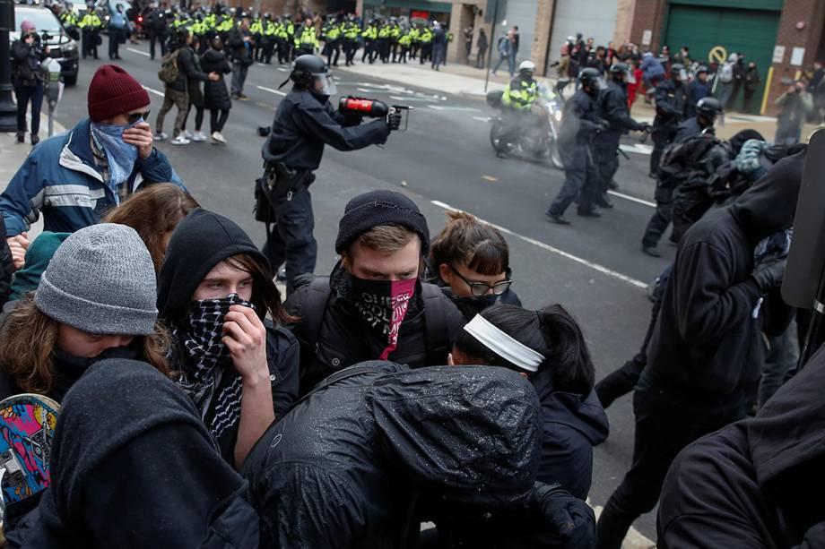 Policiais espirram spray de pimenta em manifestantes após a cerimônia de posse do presidente eleito dos Estados Unidos, Donal Trump