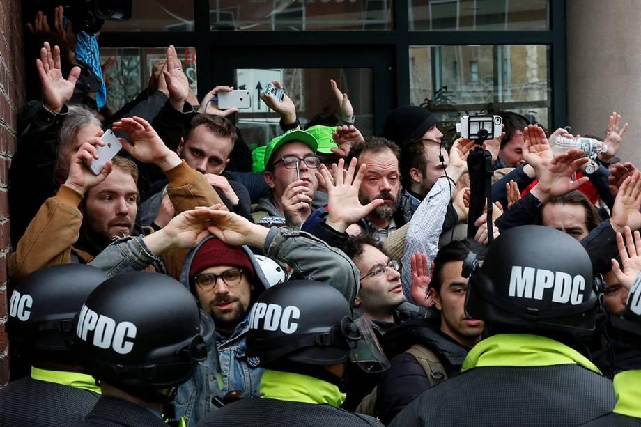 Manifestantes são cercados por policiais durante protesto contra o presidente eleito dos Estados Unidos, Donald Trump