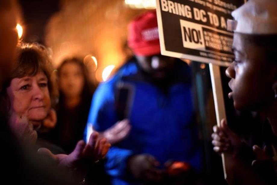 Manifestantes se reúnem para posse do presidente eleito dos Estados Unidos, Donald Trump, nesta sexta-feira (20), em Washington