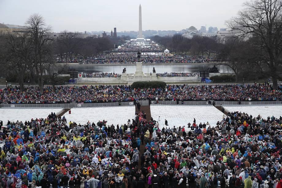 Pessoas começam a chegar para a cerimônia de posse de Donald Trump diante do Monumento de Washington enquanto parte da cidade é iluminada pelo sol no amanhecer