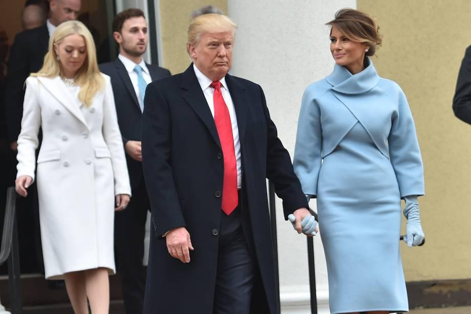 O presidente eleito, Donald Trump, chega acompanhado de sua mulher, Melania, à cerimônia de posse no Capitólio, em Washington