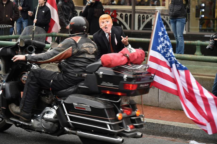 Manifestantes e apoiadores se reúnem para posse do presidente eleito dos Estados Unidos, Donald Trump, nesta sexta-feira (20), em Washington