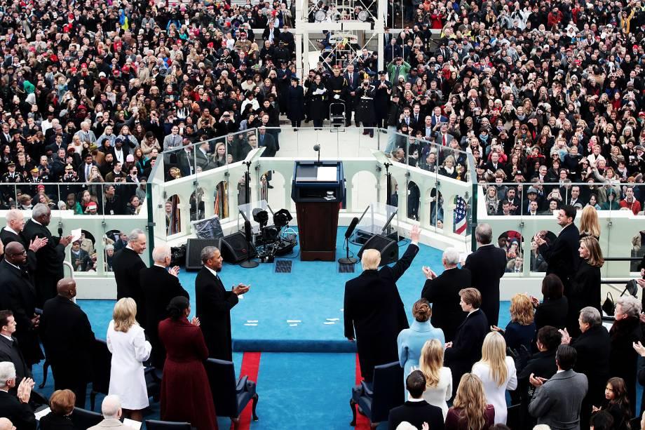 <span>Donald Trump acena ao chegar para sua cerimônia de posse como presidente, no Capitólio - 20/01/2017</span>