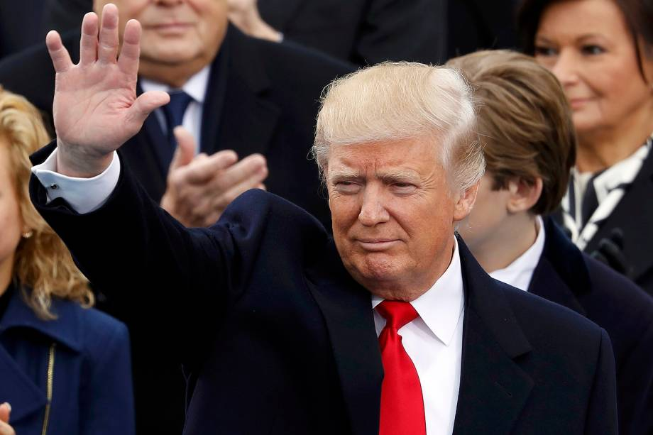Donald Trump acena ao chegar para sua cerimônia de posse como presidente, no Capitólio - 20/01/2017