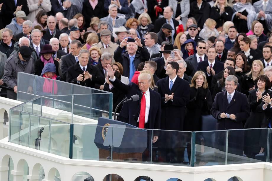 Donald Trump acena durante cerimônia de posse como presidente, no Capitólio - 20/01/2017