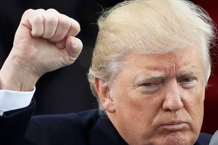 Donald Trump ergue o punho ao chegar para sua cerimônia de posse como presidente, no Capitólio - 20/01/2017