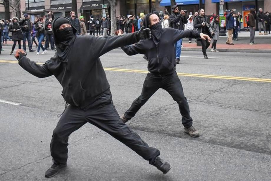 Manifestantes atiram pedras contra a polícia em protesto contra o presidente eleito dos Estados Unidos, Donald Trump, em Washington.  20/1/2017.  REUTERS/Bryan Woolston