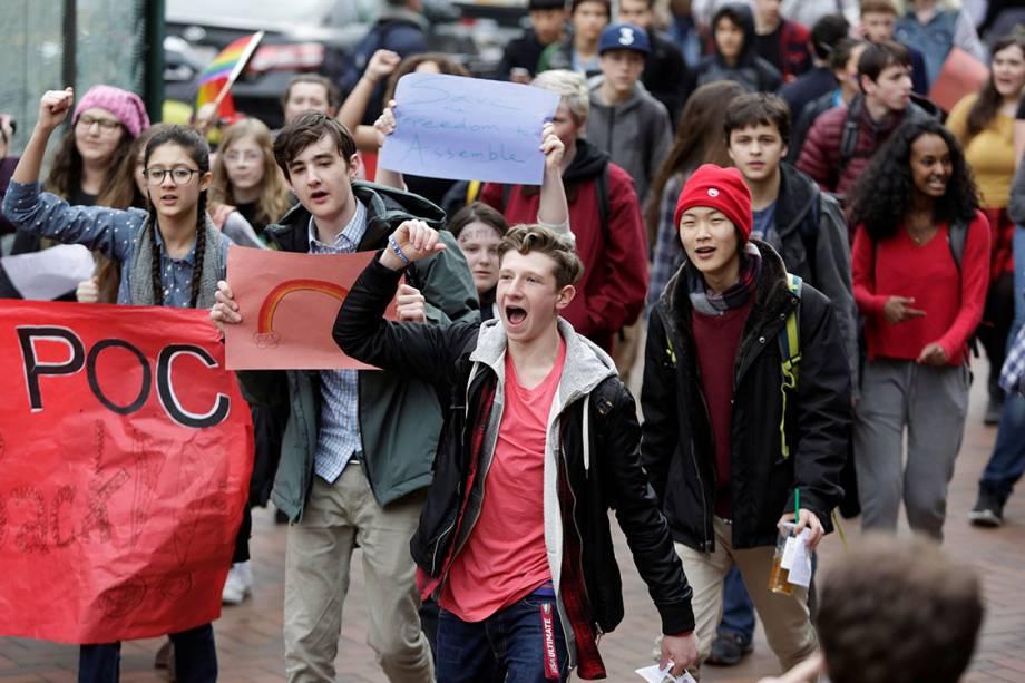 Estudantes protestam contra or presidente eleito dos Estados Unidos, Donald Trump, em Washington