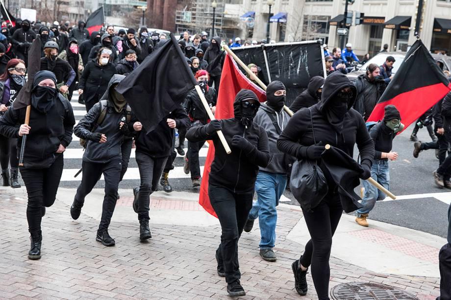 Manifestantes correm pelas ruas de Washington, durante a cerimônia de posse do presidente eleito dos Estados Unidos, Donal Trump