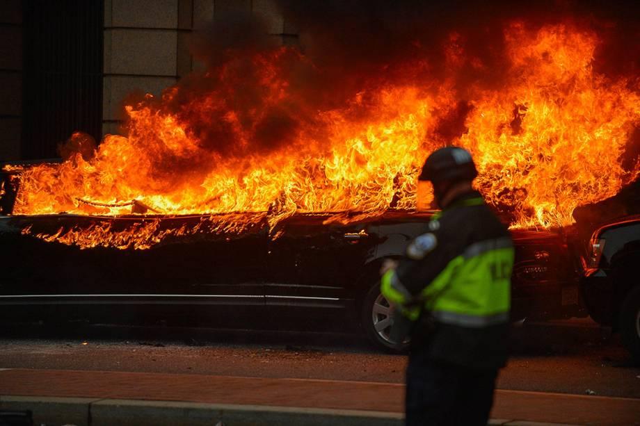Manifestantes ateiam fogo em carro durante protesto contra o presidente eleitos dos Estados Unidos, Donald Trump, em Washington