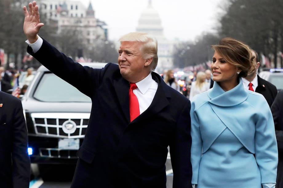 O presidente Donald Trump caminha pelas ruas de Washington ao lado de sua mulher Melania Trump