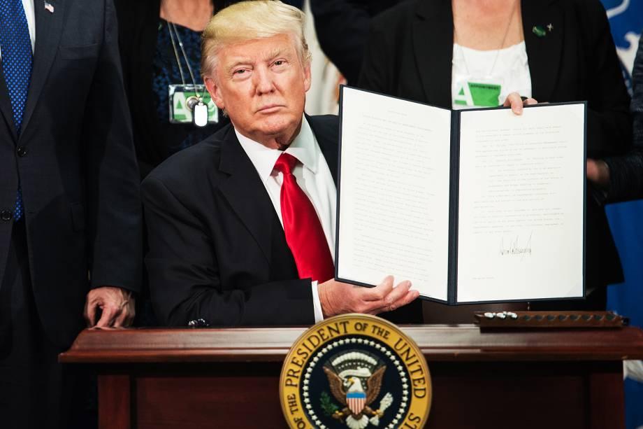 Donald Trump exibe ordem executiva que assinou para construir muro na fronteira com o México - 25/01/2017