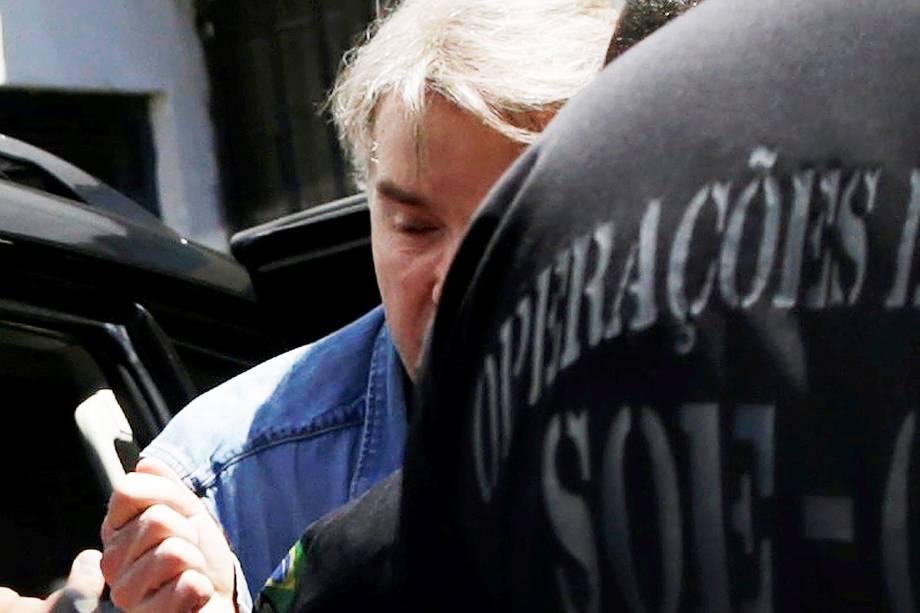 O empresário Eike Batista chega ao Presídio Ary Franco, em Água Santa, na zona norte do Rio de Janeiro, conduzido por policiais federais. Ele foi preso logo após desembarcar no Aeroporto Internacional Tom Jobim (Galeão), vindo de Nova York (EUA) - 30/01/2017
