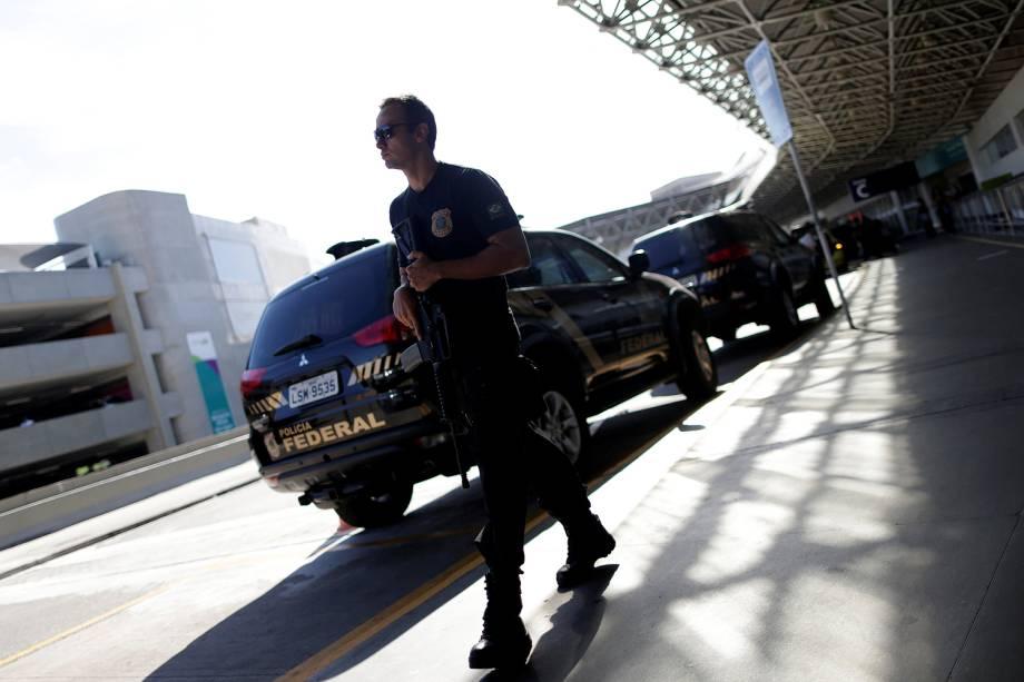 Agente da Polícia Federal aguarda desembarque de Eike Batista no Rio de Janeiro -  30/01/2017