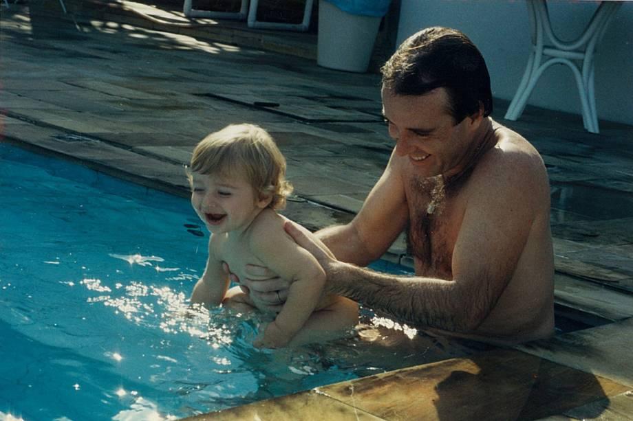 Thor na piscina com o pai, Eike Batista - 01/06/2011