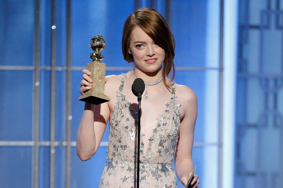 Emma Stone recebe o Globo de Ouro de melhor atriz por 'La La Land'
