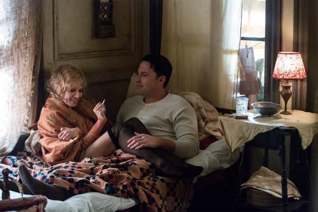 Ben Affleck e Sienna Miller em cena romântica de 'Live by Night'