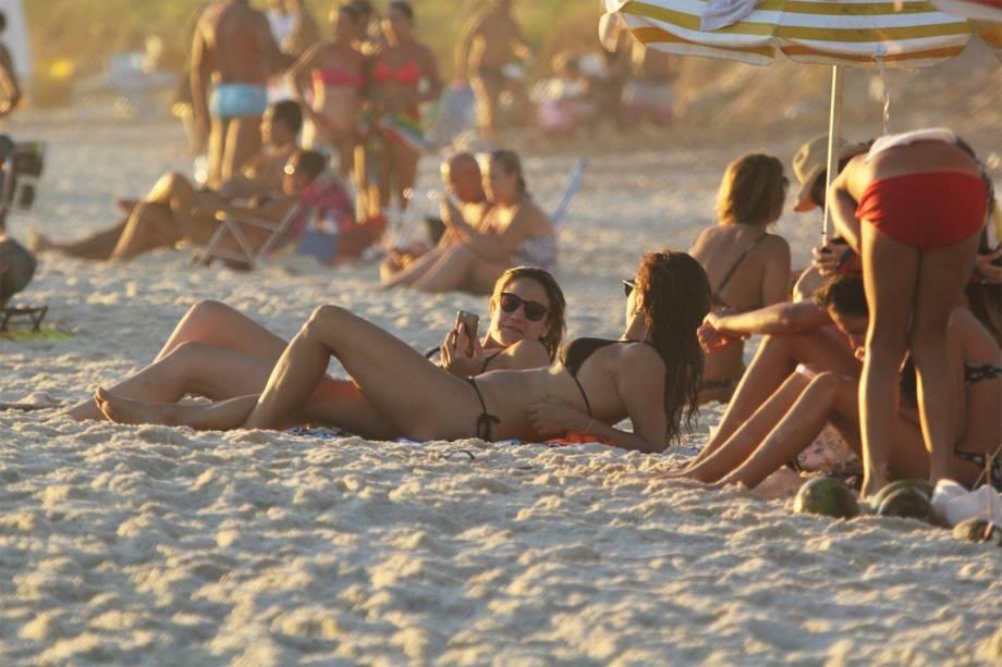 Fernanda Gentil e a namorada Priscila Montandon são vistas em praia na Barra da Tijuca, no Rio de Janeiro (RJ) - 15/01/2017