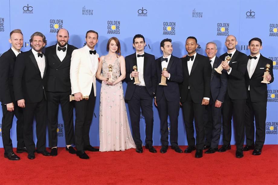 Elenco de 'La La Land' posa para fotos após receberem sete prêmios no Globo de Ouro, realizado em Beverly Hills, no estado americano da California - 08/01/2017