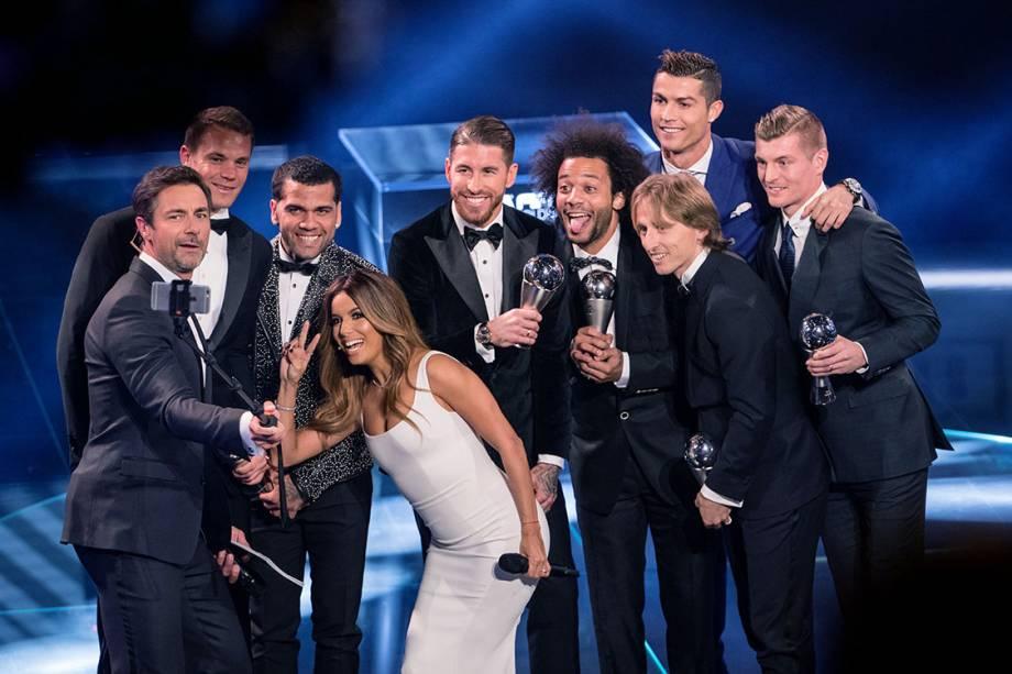 Os apresentadores Marco Schreyl e Eva Longoria tiram uma selfie com jogadores, durante o o Prêmio de Melhor do Mundo da Fifa, na Suíça