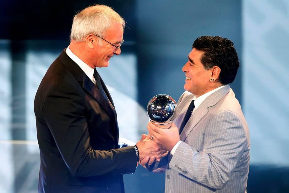 O técnico do Leicester City, Claudio Ranieri, recebe das mãos de Maradona o prêmio de melhor técnico