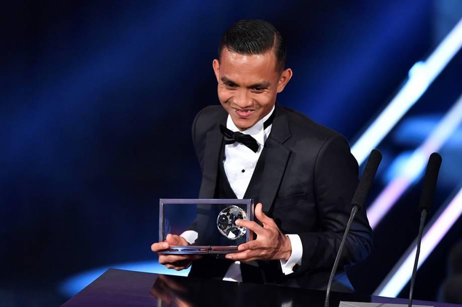 O jogador Mohd Faiz Subri, da Malásia, recebe o prêmio Puskas de gol mais bonito