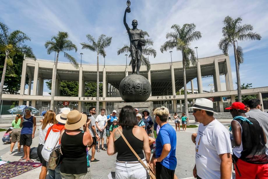 """Movimentação de turistas em frente da estátua de Bellini, único ponto de """"visitação"""" do local"""