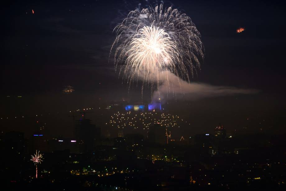 Fogos de artifício iluminam Ljubljana durante as celebrações de Ano Novo na Eslovênia