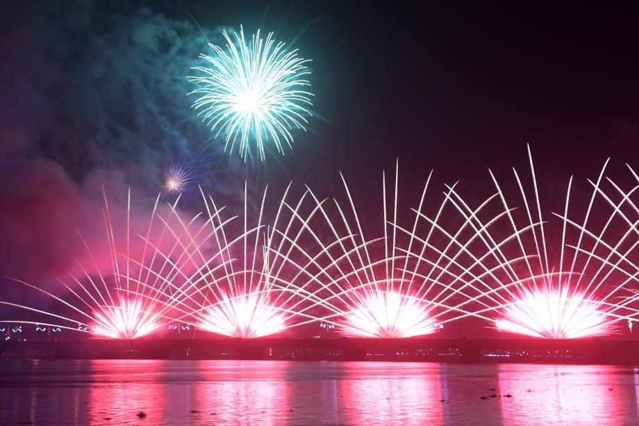 Fogos de artifício explodem sobre a ponte General De Gaulle durante as celebrações do Ano Novo em Abidjã, Costa do Marfim