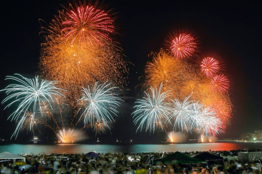 Fogos de artifício marcam a celebração de Ano Novo na praia de Copacabana, no Rio de Janeiro