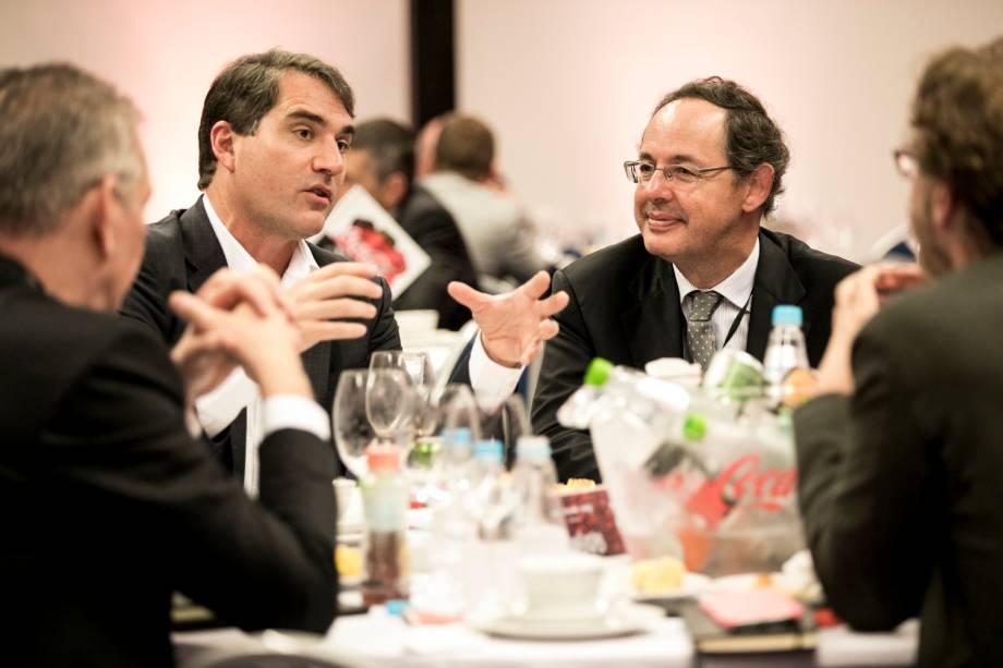 <b>Em uma das mesas de debate, Henrique Braun conversou com o economista Eduardo Giannetti, que também palestrou no Fórum, e outros convidados </b>