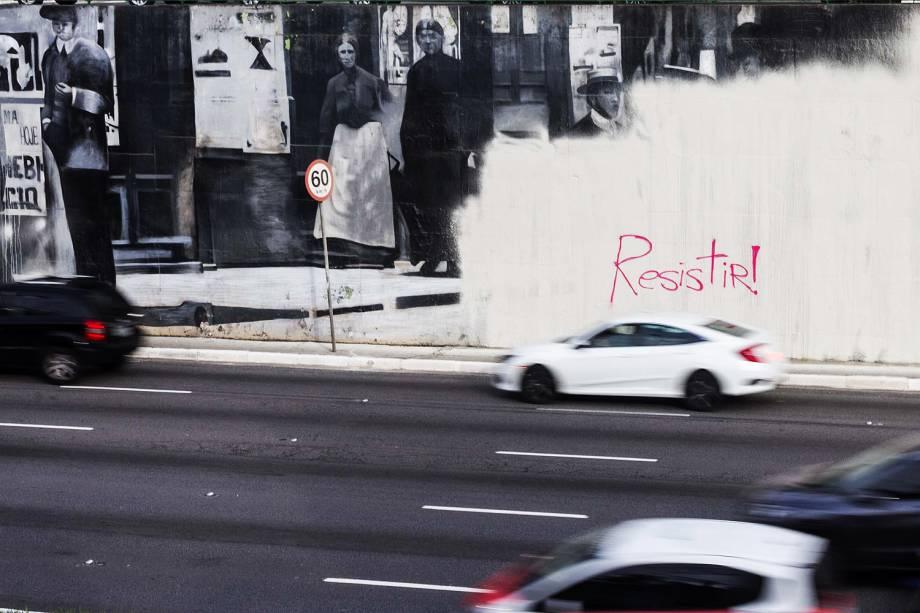 Grafite do Kobra volta a ser alvo dos pichadores na Avenida 23 de Maio, pichadores voltam a pichar muro da avenida 23 de Maio, com a frase RESISTIR - 27/01/2017