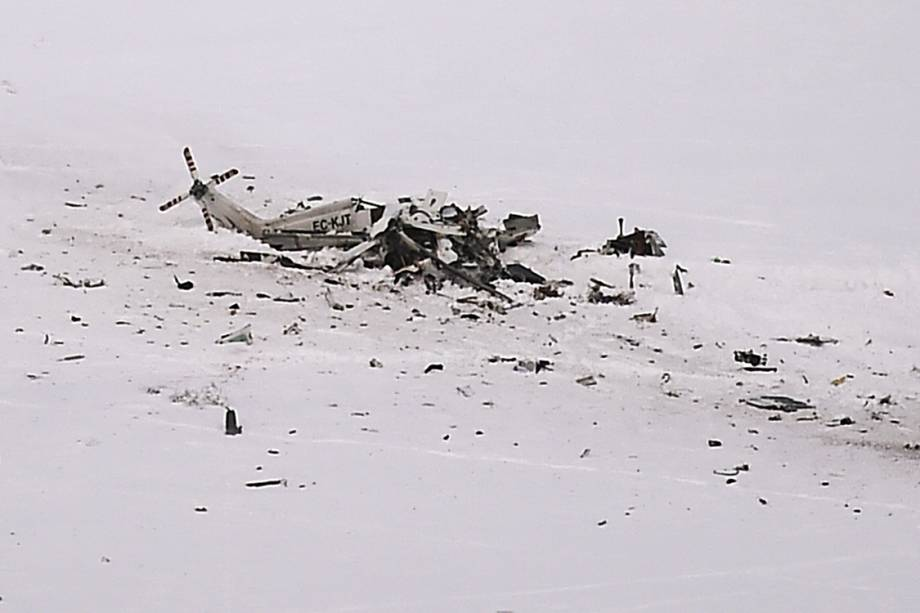 Helicóptero aparece destruido após acidente nas montanhas, na Itália - 24/01/2017