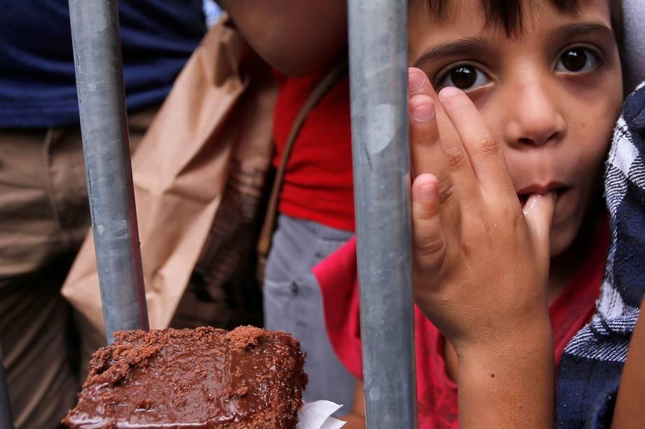 Grande e tradicional bolo é distribuído para a população na rua Rui Barbosa, no bairro do Bixiga, em comemoração ao aniversário de São Paulo na tarde desta quarta-feira (25)