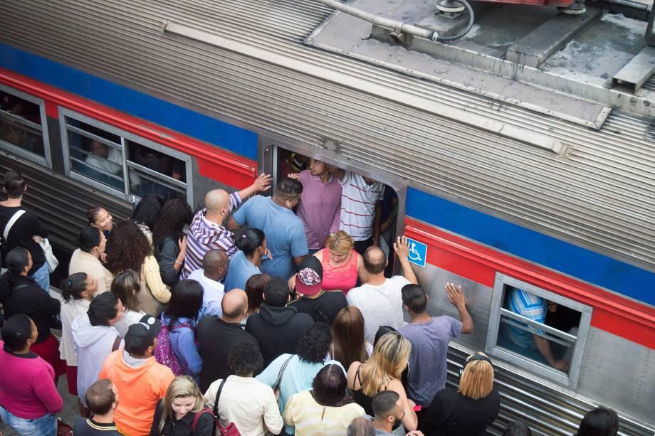 Usuários enfrentam dificuldades para embarcar nos trens da Linha 7-Rubi da CPTM, na estação da Luz em SP - 23/01/2017