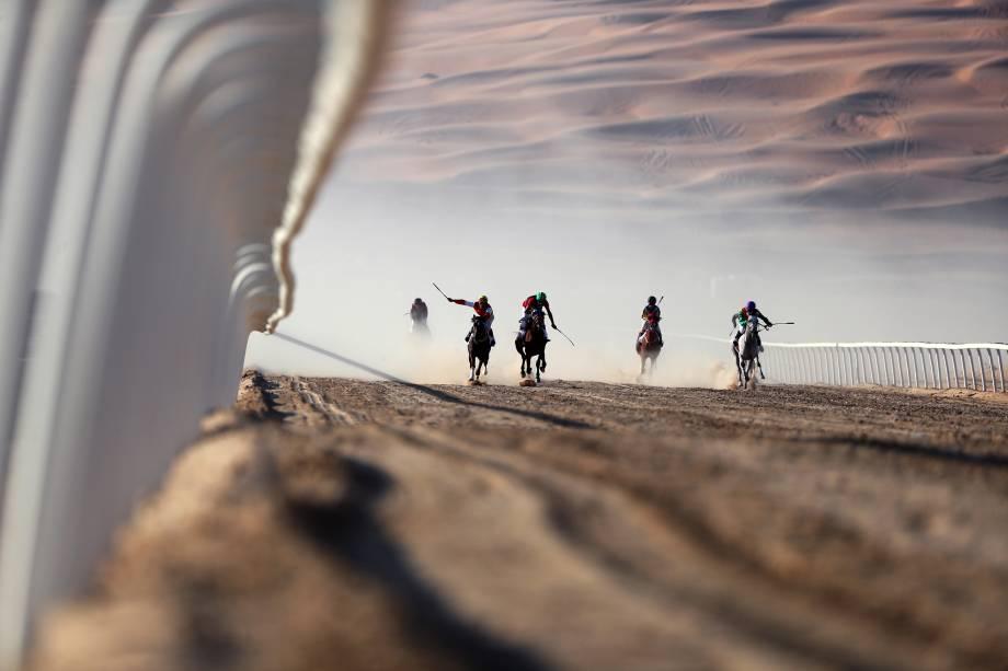 Jóqueis disputam um corrida de cavalos de raça pura durante o Moreeb Dune Festival no deserto de Liwa, nos Emirados Árabes - 03/01/2017