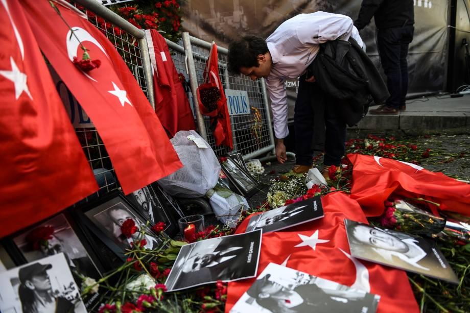 Homem coloca flores em frente à boate Reina em Istambul, em homenagem às vítimas do ataque terrorista ocorrido na noite de Ano Novo que deixou 39 mortos - 03/01/2017