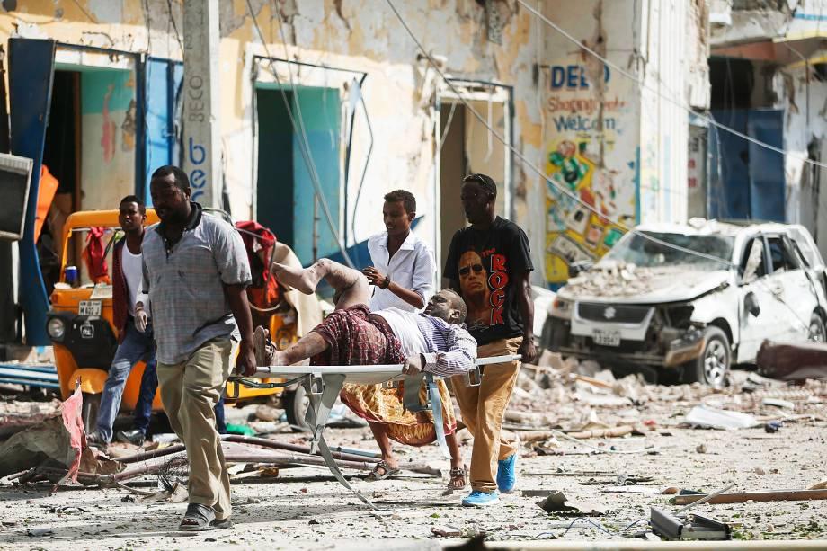 Homem é carregado após explosão em frente o hotel Dayah, em Mogadíscio, Somália - 25/01/2017